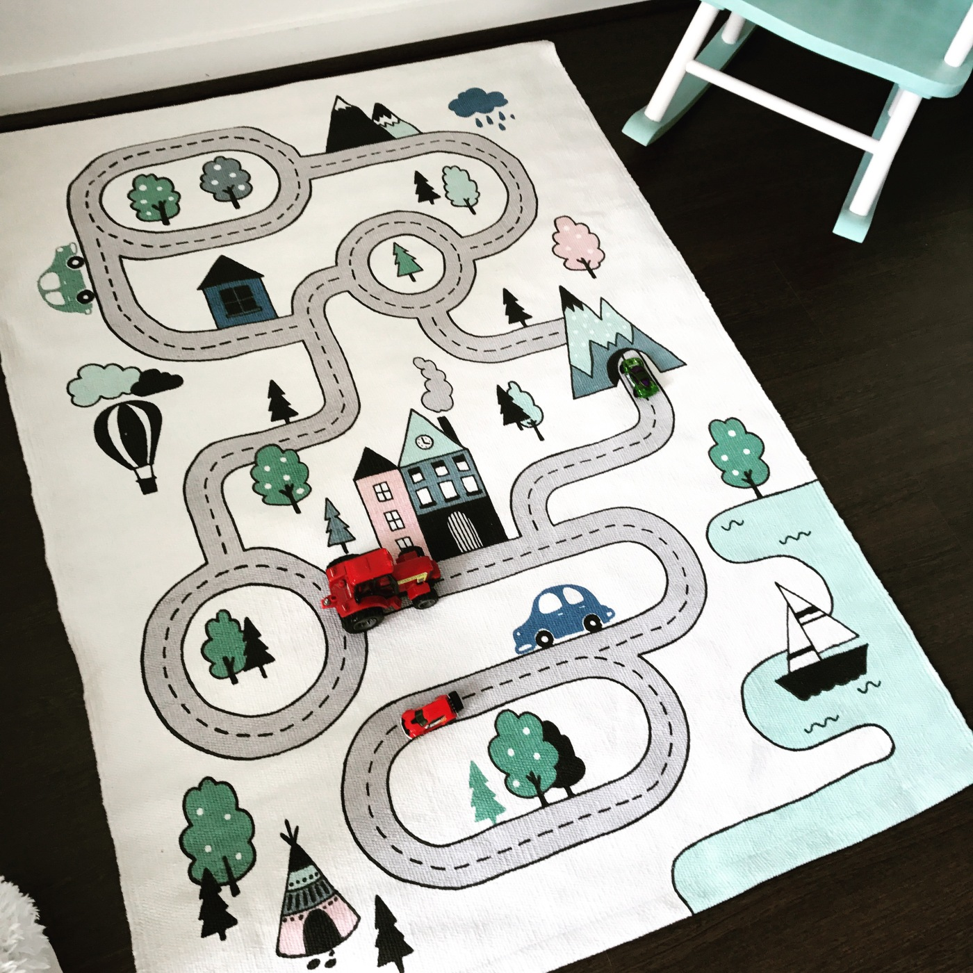 le tapis circuit de voiture littlemumlittleboy. Black Bedroom Furniture Sets. Home Design Ideas
